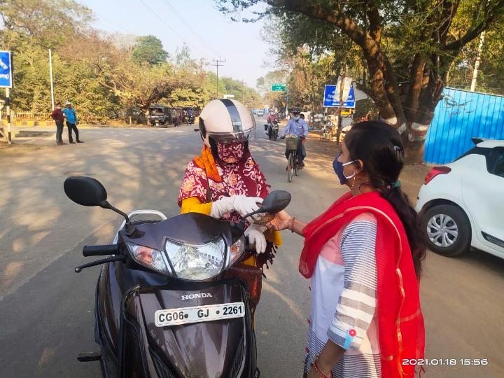 हेल्मेट पहननें वाले वाहन चालको का हो रहा है श्रीफल व् गुलाब सम्मान