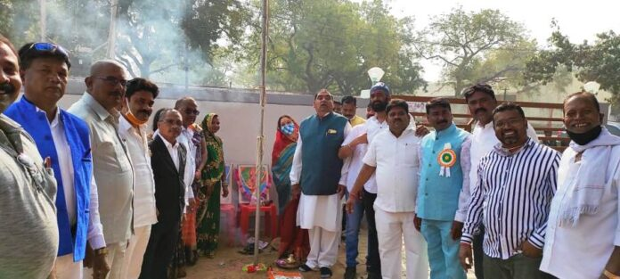 बागबाहरा ब्लॉक कांग्रेस में 72 वां गणतंत्र दिवस मंगलवार को हर्षोल्लास से मनाया