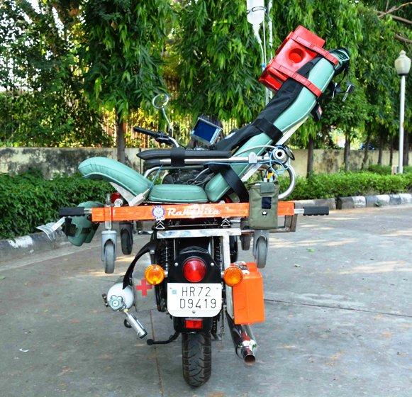 मोटर बाइक एम्बुलेंस 'रक्षिता' सीआरपीएफ को सौंपी डीआरडीओ ने