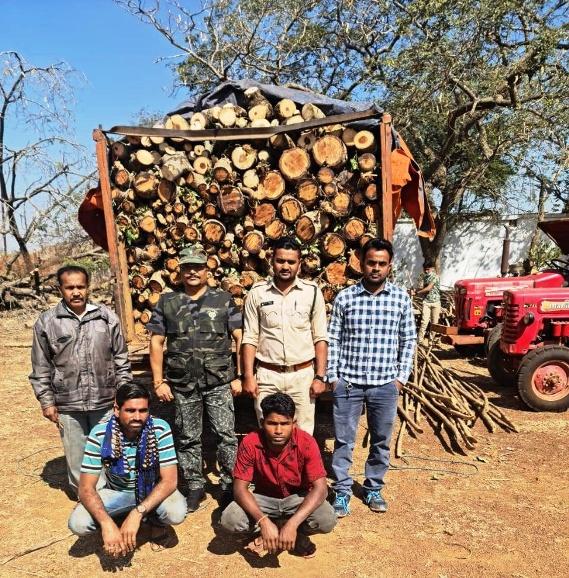 एक वाहन सहित लगभग एक लाख रूपए की अवैध लकड़ी की जप्ती