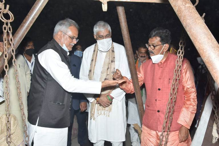 मुख्यमंत्री ने धान खरीदी केंद्र में धान को अपने हाथों से धान की गुणवत्ता को परखा