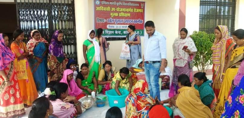 होली के त्यौहार को रंगीन करने के लिए हर्बल गुलाल बनाने में जुटी महिलाओ का समूह