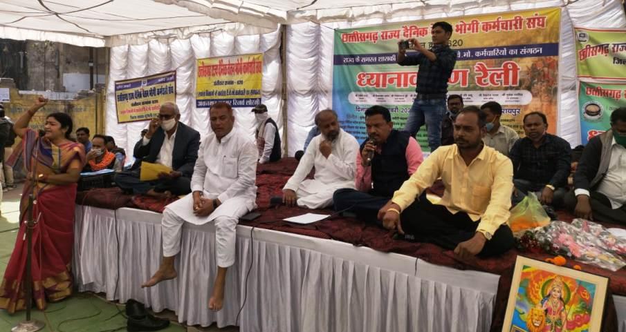 दैनिक वेतन भोगी कर्मचारी संघ ने धरना प्रदर्शन कर कलेक्टर के नाम सौपा ज्ञापन