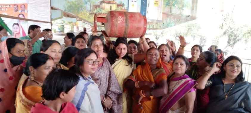 रसोई गैस की बढ़ती हुई कीमत को लेकर महिला कांग्रेस का धरना प्रदर्शन