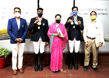 राष्ट्रीय घुड़सवारी प्रतियोगिता के पदक विजेता खिलाडी खेल मंत्री से की मुलाकात