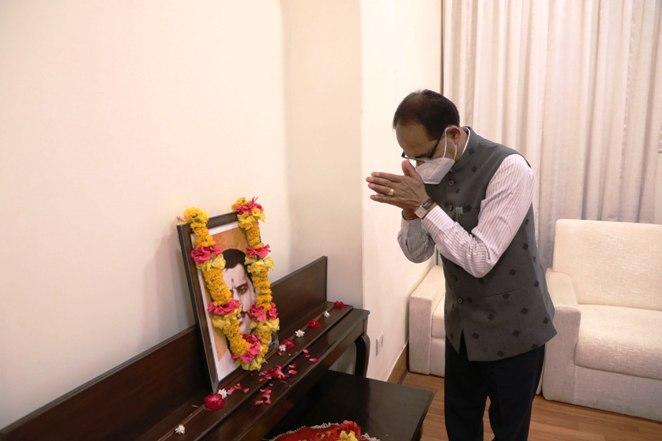 कोल इंडिया द्वारा 10 करोड़ का चेक भेंट किया CM चौहान को