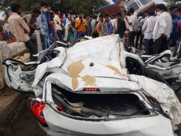 तुमगांव गड़ाघाट पुल में धान से भरी ट्रक कार के उपर पलटी 3 की मौत 2 घायल