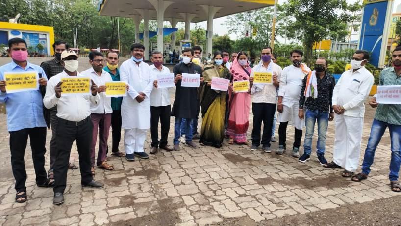 बढ़ती महंगाई को लेकर धरसींवा विधायक अनिता योगेंद्र शर्मा के नेतृत्व में धरना प्रदर्शन