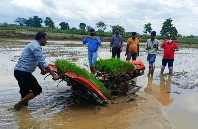किसानों का बढ़ रहा है रूझान पैडी ट्रांसप्लॉटर मशीन से धान की रोपाई के प्रति
