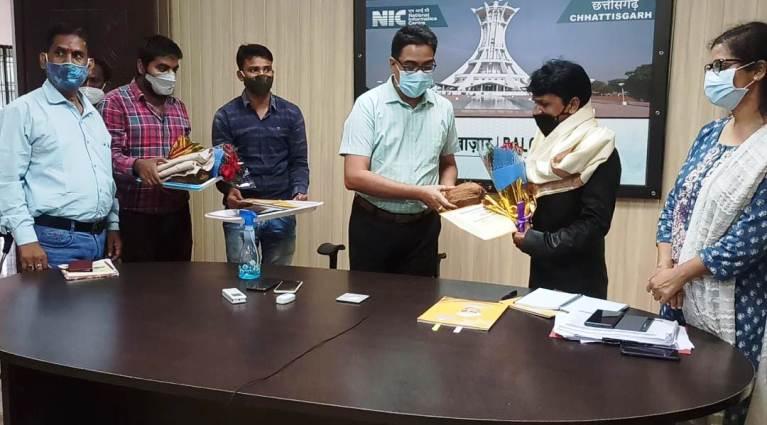 राजधानी रायपुर आयोजित वर्चुअल कार्यक्रम समारोह में दोनों शिक्षकों के सम्मान की घोषणा की