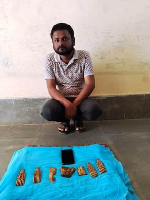 हाथी दांत पर नक्काशी की हुई बेशकीमती कलाकृती के साथ एक व्यक्ति गिरफ्तार