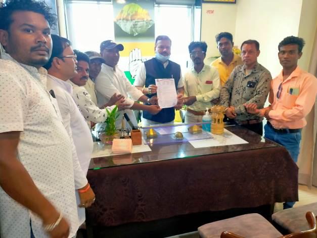 लोक कलाकारों ने संसदीय सचिव विनोद चंद्राकर से की मुलाकात,सौंपा ज्ञापन