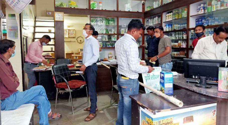 कृषि विभाग की जिला स्तरीय निरीक्षण टीम ने दुकानों किया आकस्मिक निरीक्षण