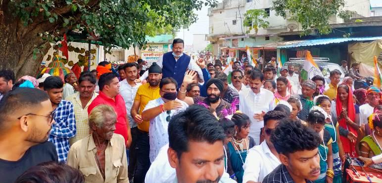 कहीं लड्डू से तौलकर,कंधे पर उठाकर किया स्वागत संसदीय सचिव के जन्मदिन पर